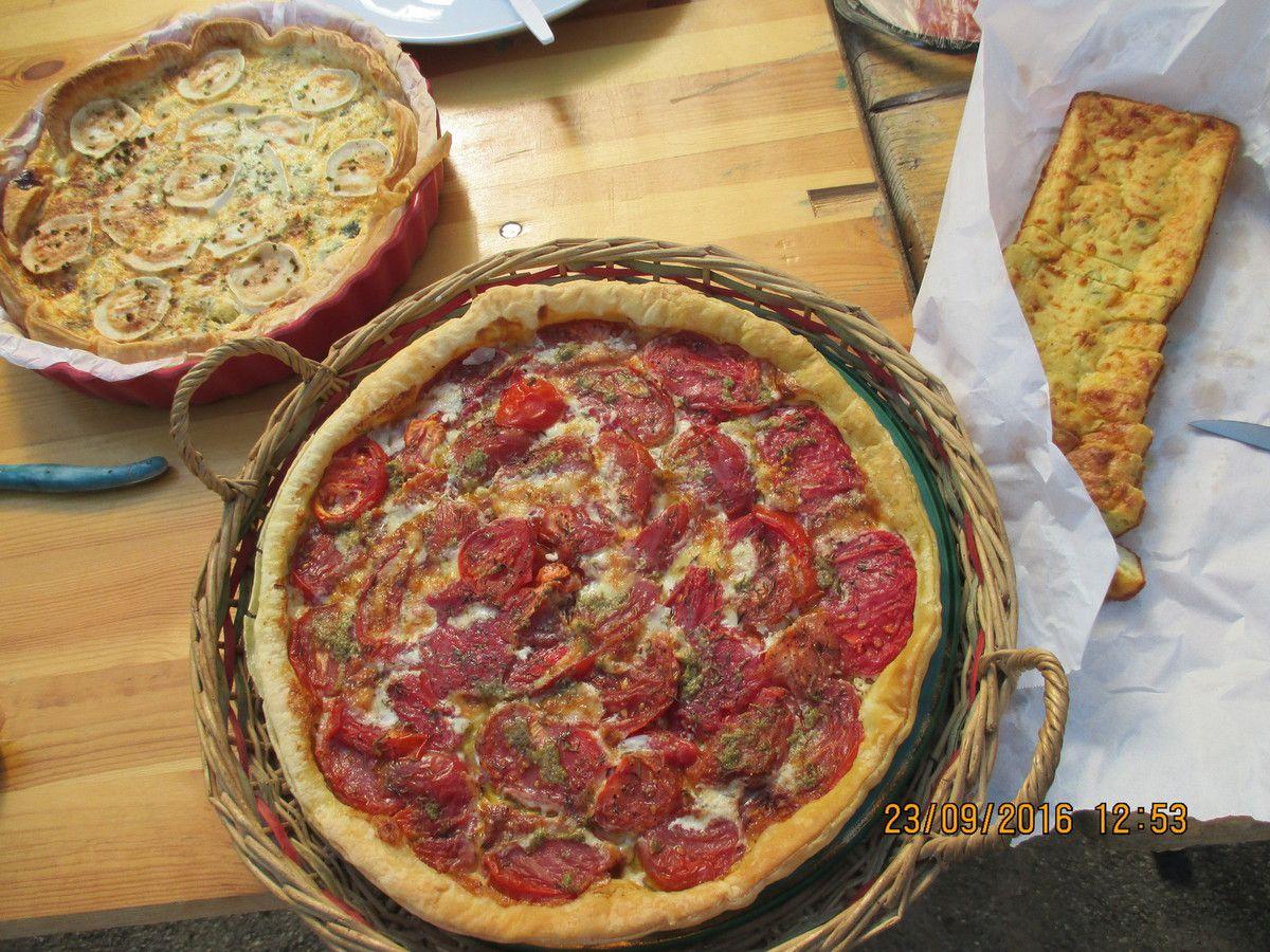 Les courgettes et tomates du jardin transformées en tartes, cake et salades pour l'auberge espagnole de la Fête des familles!