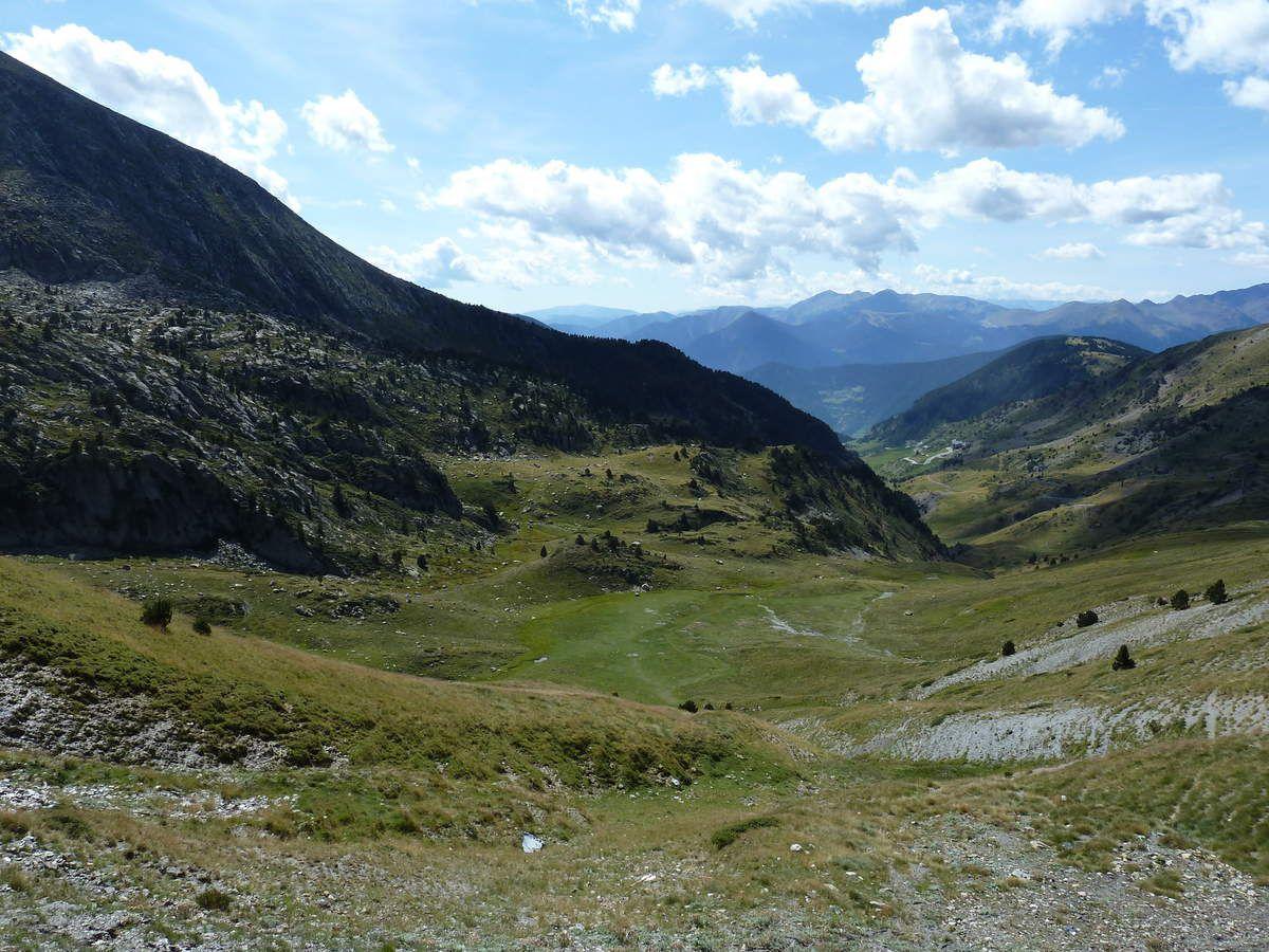 La vallée des Cortals vue depuis le Funicamp et depuis l'arrivée au sommet de la montagne