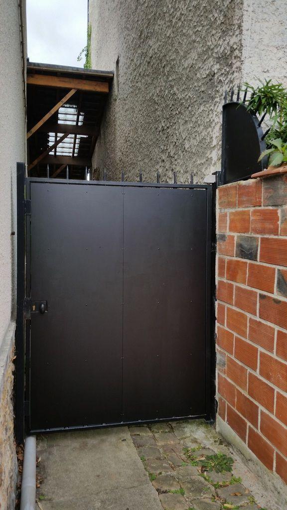 Photo 3 : plus compliqué d'escalader la grille et de prendre appui sur le mur.
