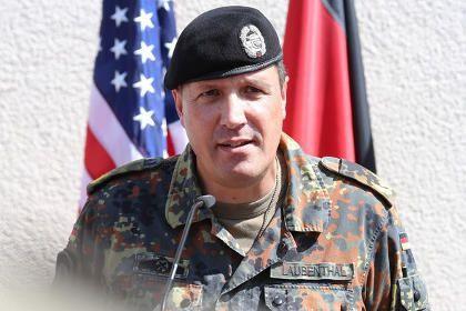 le-colonel-schneider-et-le-general-exile_01.jpg