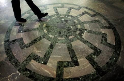 Le « soleil noir, »  sur le sol du château de Wewelsburg, qui abrita le centre de formation des cadres de la SS…