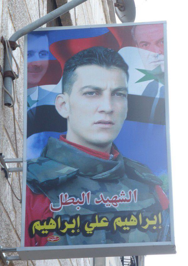Les portraits de ceux qui sont tombés au front ornent les rues des villes et des villages