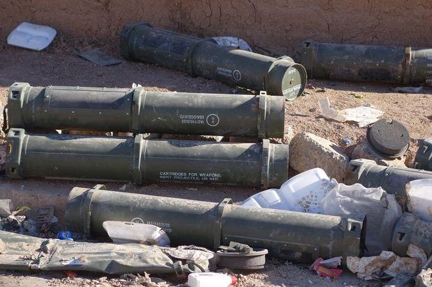 Les restes d'armes diverses et variées jonchent les alentours de Mossoul (Mustafa al-Dabbagh)