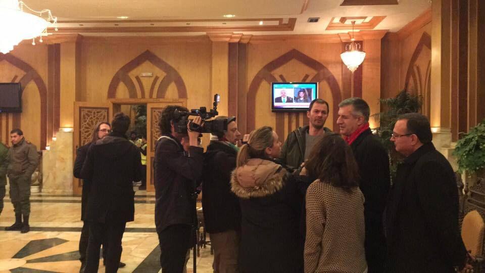 Jean Lassalle répond aux journalistes dans le salon de l'aéroport international d'Alep