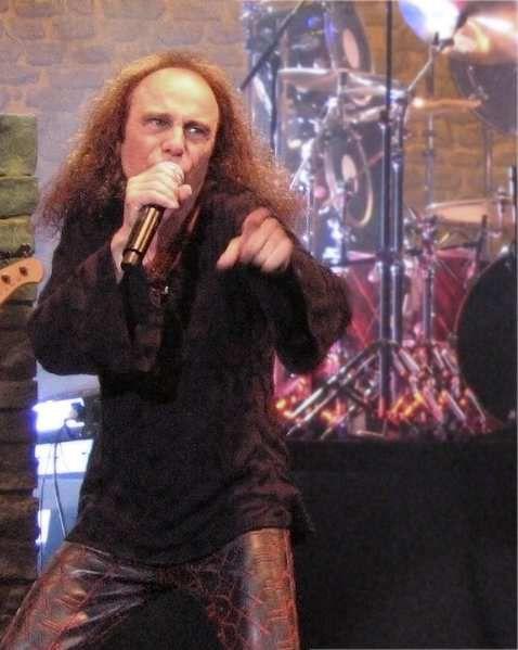 Ronnie James Dio durant un concert à Katowice Spodek en 2007 (source Wikimedia)