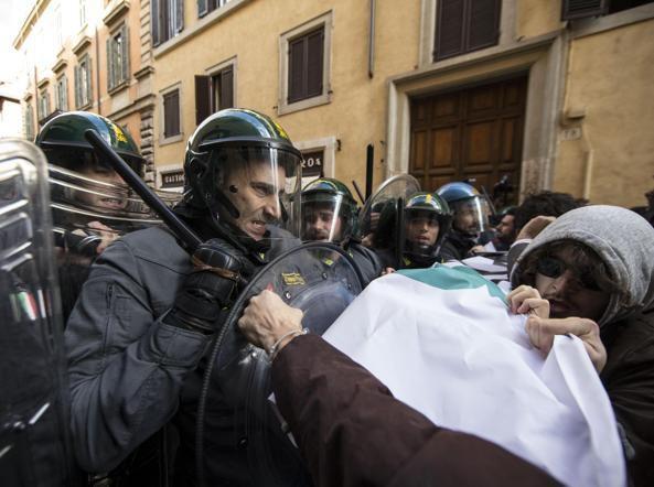 Italie 3 décembre 2014 , manifestations contre la loi sur l'emploi
