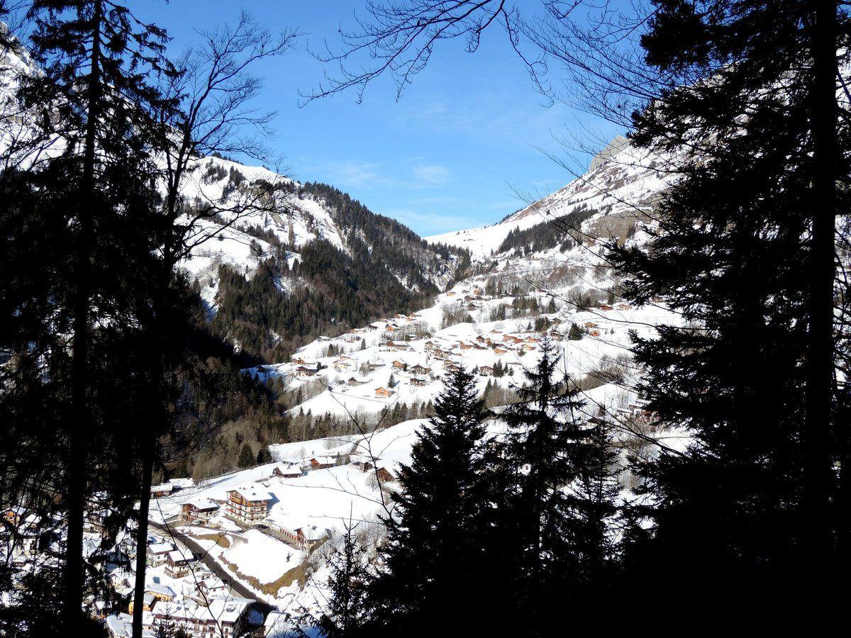 """Vues de la Giettaz juqu'au Col des Aravis, la balise """"Sur l'Arrondine 1140m"""""""