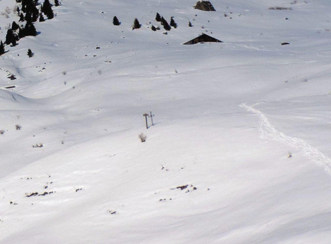 A la Croix de Ptiouta ou Croix des Buts (on aperçoit la Croix à gauche de la trace et à gauche du chalet)