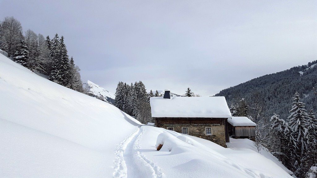 Une jolie trace dans la neige fraîche jusqu'à la Stapesse