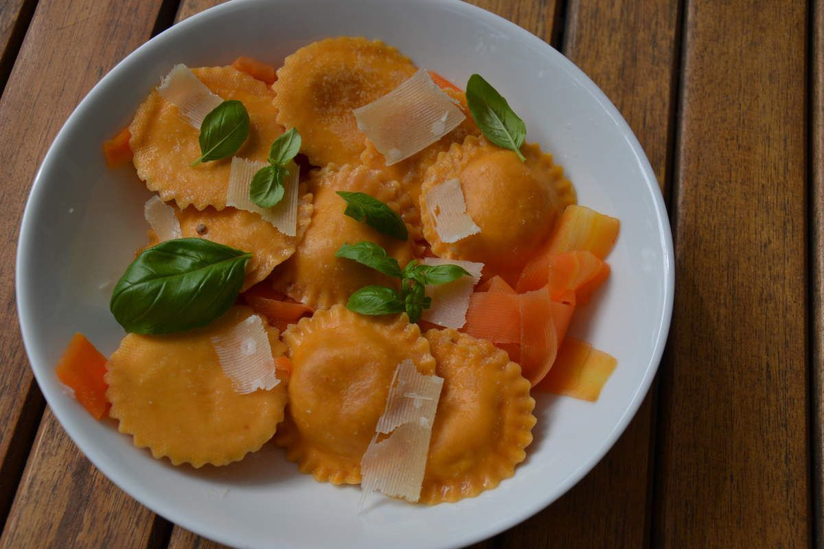 Pâtes fraîches Tournesols farçis à la mozzarella et à la tomate sur lit de carottes