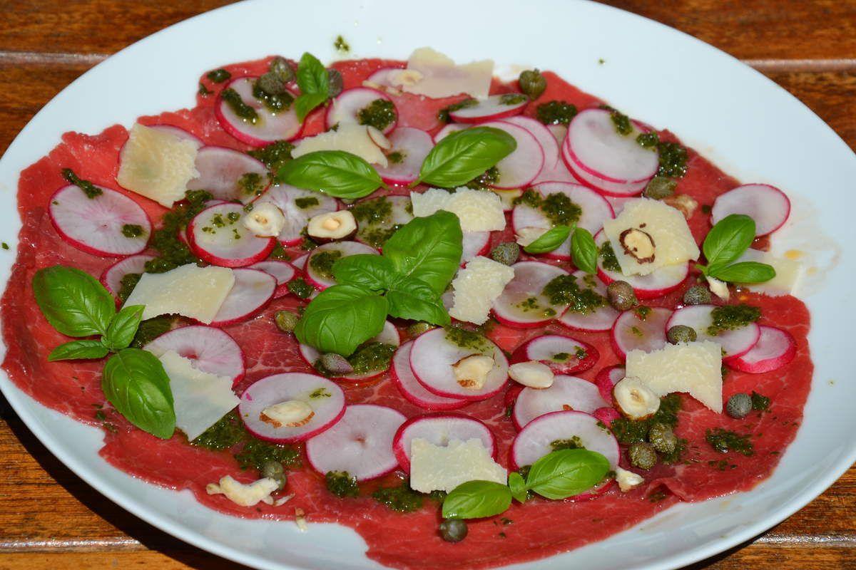 Carpaccio bœuf aux radis, câpres, noisettes et parmesan