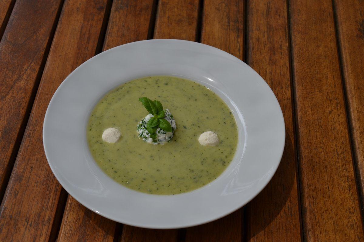soupe froide de courgettes et de carrés frais