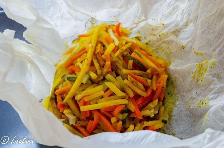 Papillote de poulet au curry et ses petits légumes