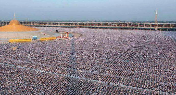 1 million d'enfants méditent pour la paix mondiale au temple Phra Shammakaya en Thaïlande