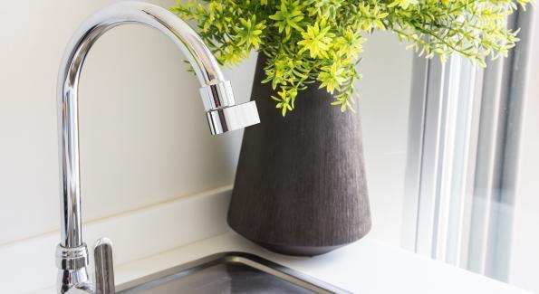 Cet embout de robinet vous fera économiser 98% d'eau