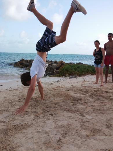 Séance de sport sur la plage des raisins clairs ���