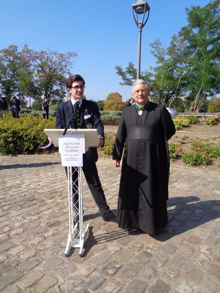 S.A.R. le Prince d'Araucanie s'adressant aux participants, aux côtés de M. l'abbé Pierre Mouchel.