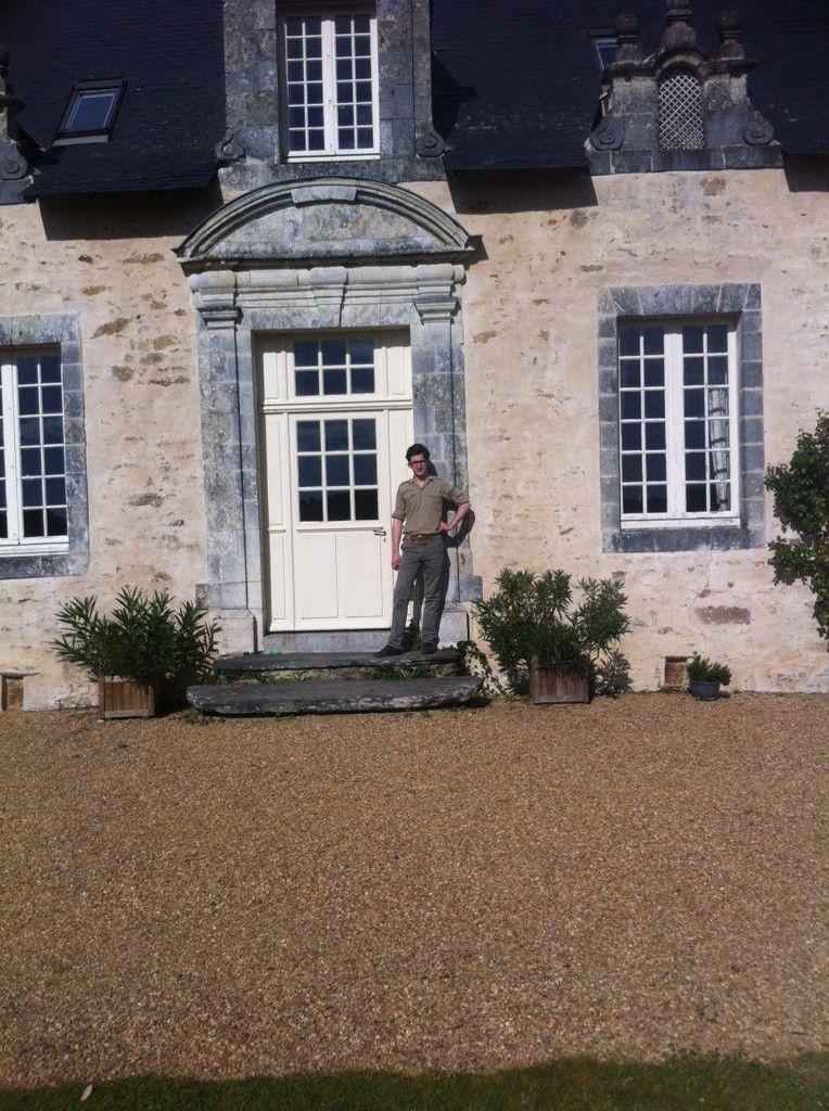 S.A.R le Prince devant la propriété de Ses grands-parents.