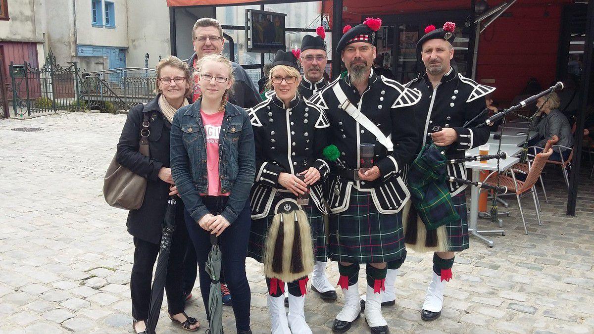 Nous avons rencontré un des groupes français, une photo pour souvenir, en kilt, bien sur.....