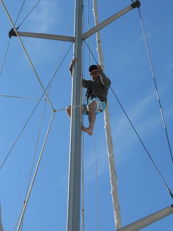 Lionel en haut du mât, posant l'étai larguable