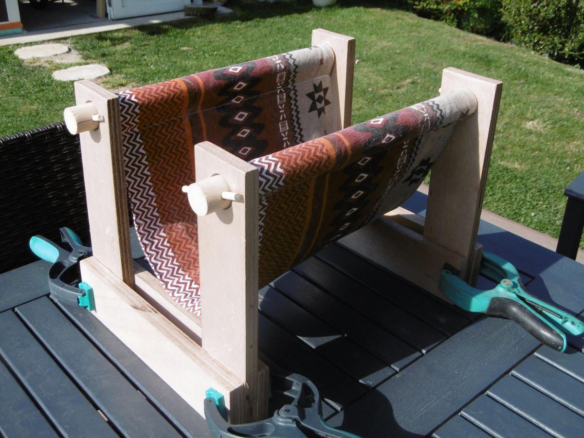 porte-revue en bois et tissu