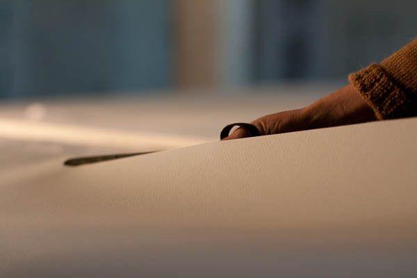"""Dans le cadre du projet """"Attention fragile"""", découpe du papier du livre d'artiste de grand format."""