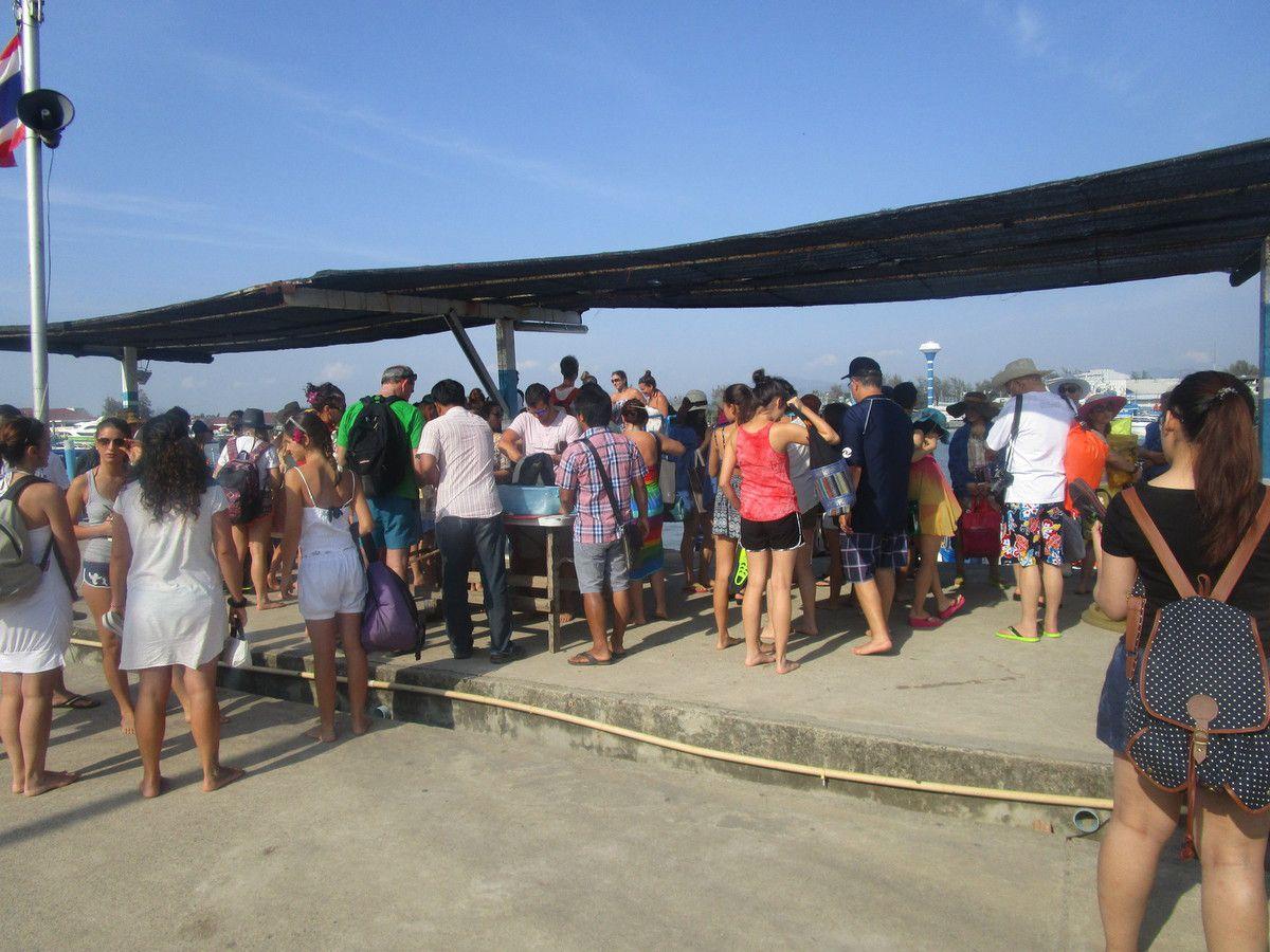 petite foule pour monter sur le bateau