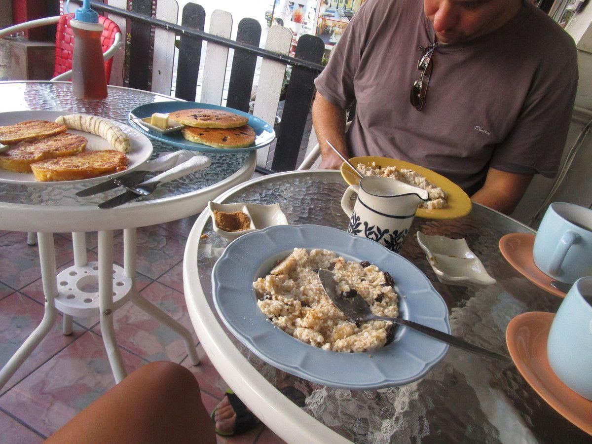 premier petit dej en arrivant ... on avait tellement faim que le porridge, les pancakes&#x3B; les french toast et le muesli ont a peine suffit &#x3B;)