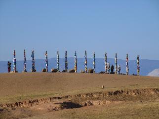Les totems entourés de foulards. Lieu de recueillement.  Les foulards doivent porter chance a celui qui le met