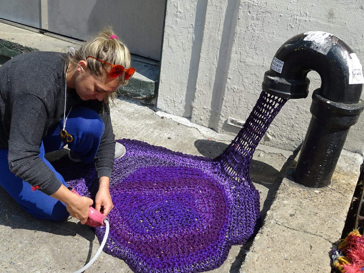 London Kaye- très sympa- en train de remettre au gout du jour une de ses oeuvres de street-art dans Brooklyn