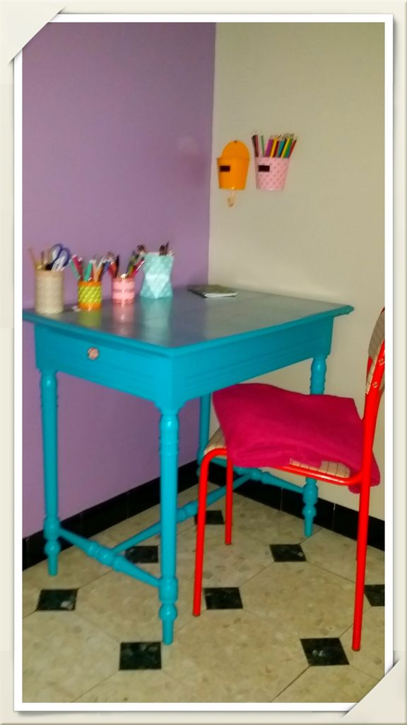 bureau bleu turquoise mes petites cr as par l 39 le o craies. Black Bedroom Furniture Sets. Home Design Ideas