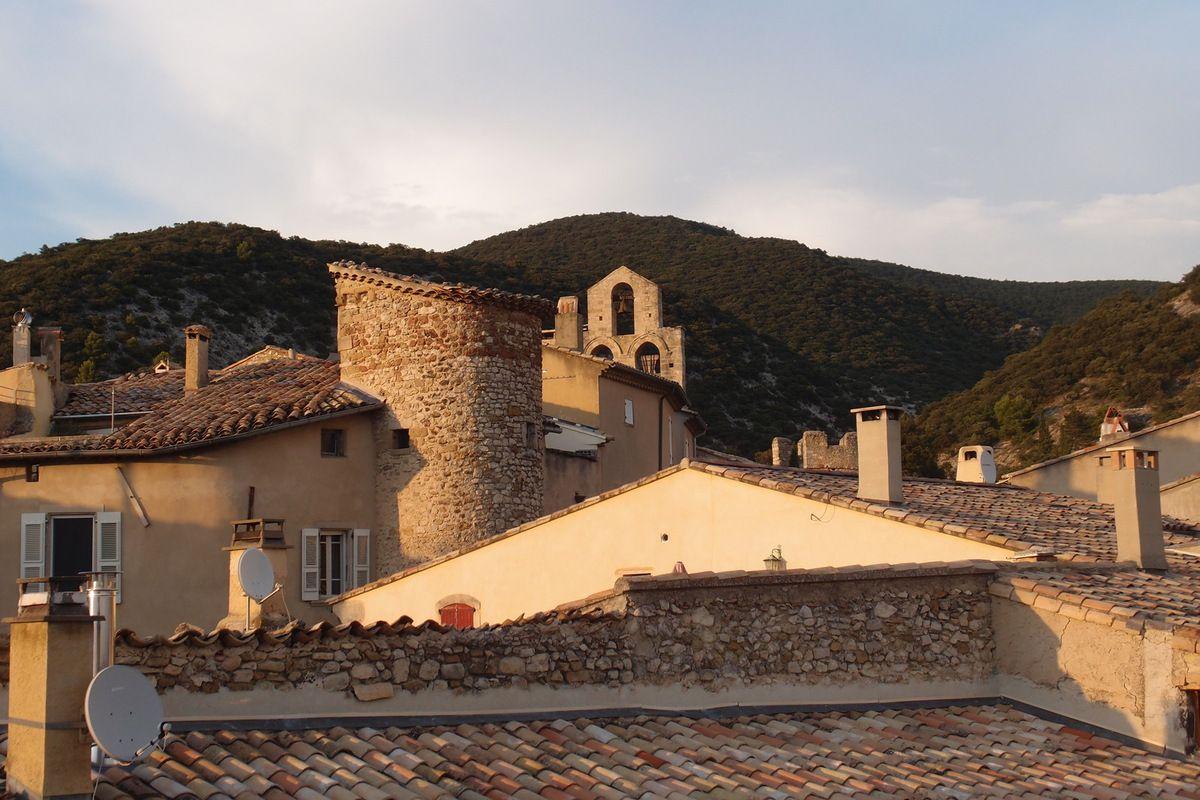 La rue principale et deux vues de leur terrasse