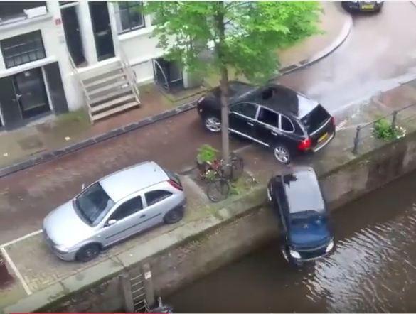 [Vidéo] Un Porsche Cayenne envoie une Smart à l'eau à Amsterdam