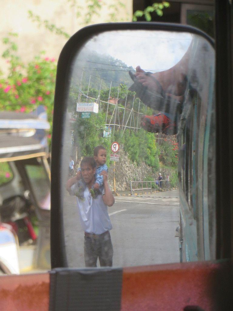 Le rétro gauche du jeepney...