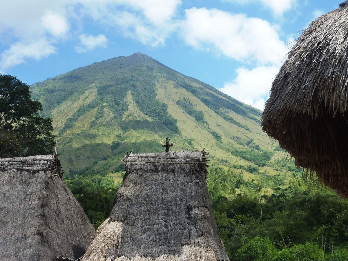 Le Volcan Inerie vu du village Ngada de Bena