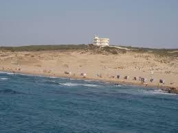 Sur ces photos on voit des constructions très proche de la rive, qui donne les autorisations pour toucher au littorale de Skikda ?