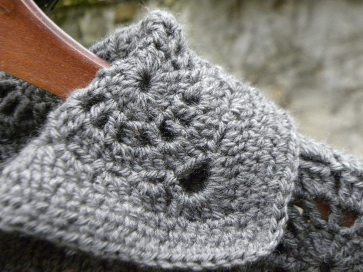 veste grise au crochet en granny