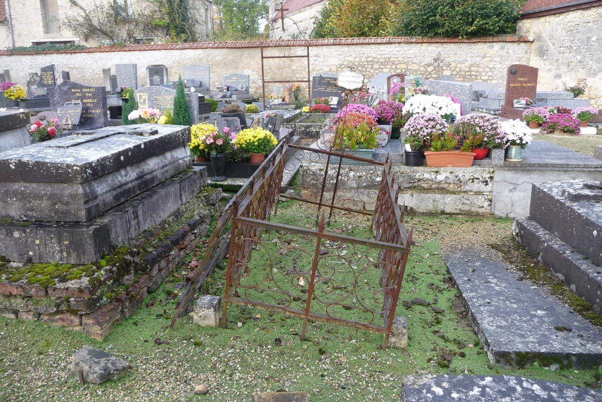 La tombe des parents de l'abbé Gréhan dans le cimetière de Roucy.