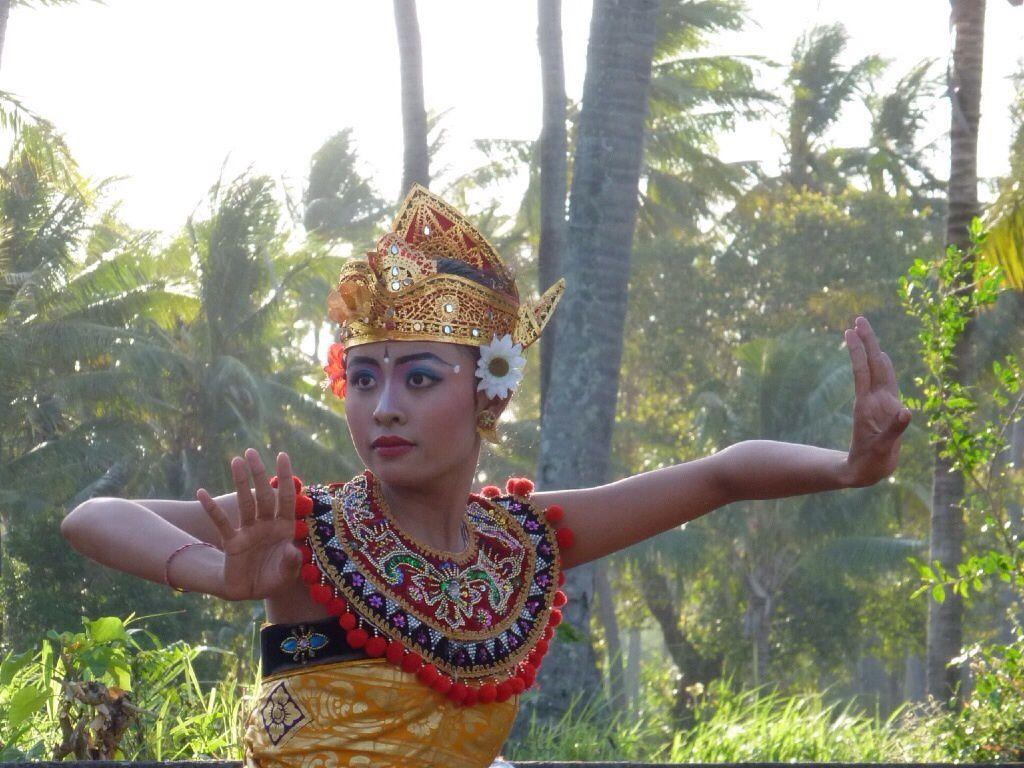 La cérémonie de la lune noire à Amed. Les Balinais ont des beaux costumes et la danseuse est très belle mais quand la danse est finie, je trouve ça long.