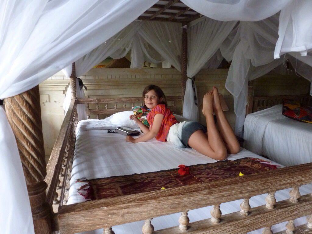 """Subak tabola, notre """"palais"""" à Sidemen. Une guesthouse située dans un parc luxuriant au milieu des rizières. Un temple se trouve à côté de notre bungalow."""