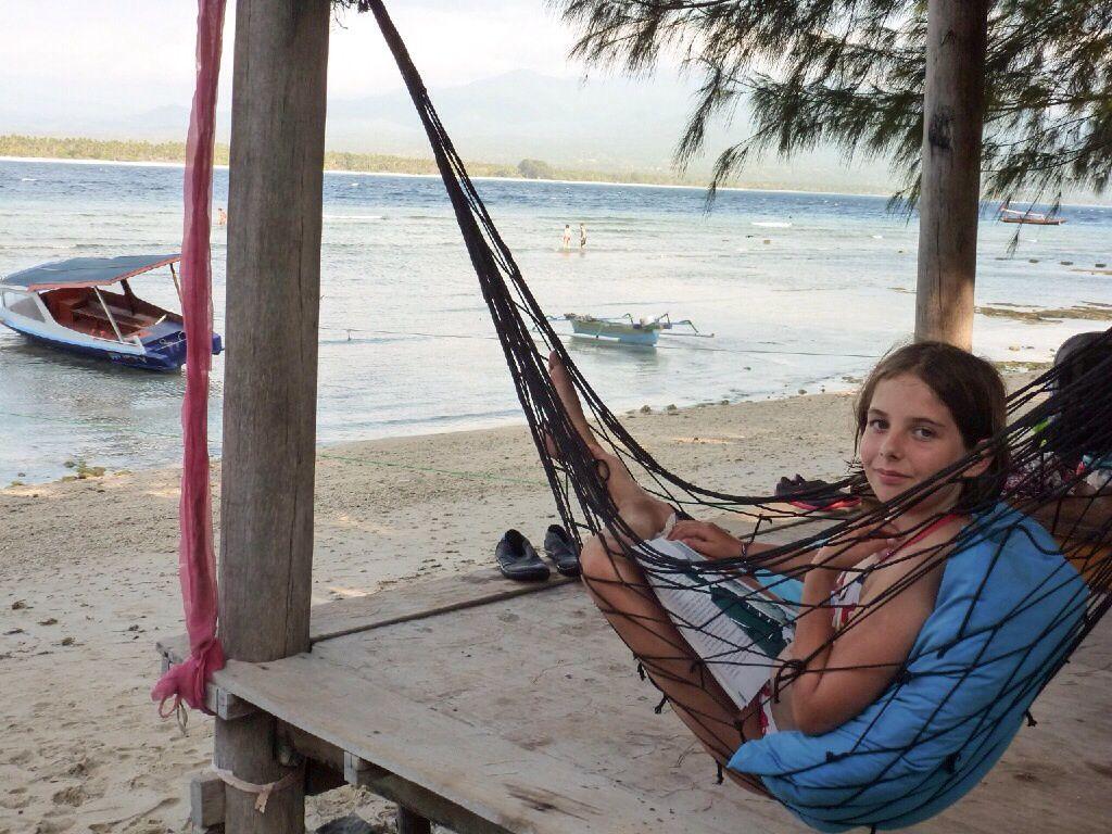 """Carolane est avec nous depuis le 10 septembre et nous sommes partis, dès  son arrivée, aux îles Gili. Les Gili sont 3 ilots coralliens bordés de sable blanc au Nord-Ouest de Lombok. Nous sommes restés 4 jours à Gili Air, au programme : baignade, snorkeling et farniente (sauf pour Suzanne dont les cours continuent..). Là encore, beaucoup de poissons et même une tortue, mais les coraux sont un peu abîmés. L'île a un côté """"village de vacances"""" assez sympathique, pas de scooter ni de voiture mais des calèches pour se promener. Seul bémol : les coqs ont une notion très approximative de l'aube..."""