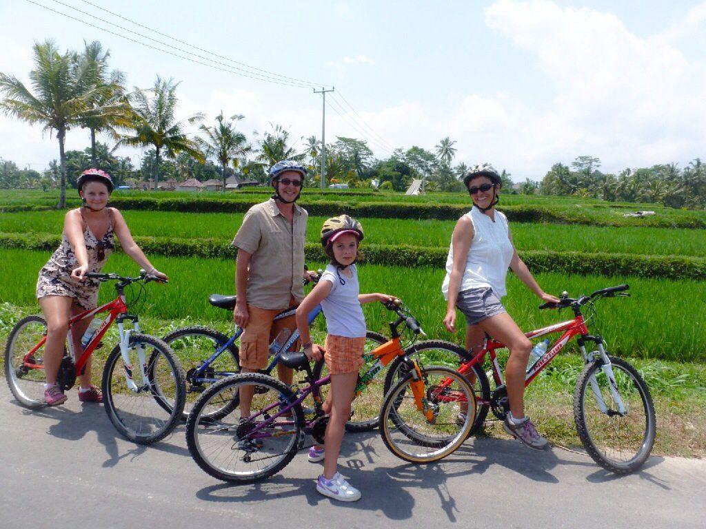Descente en vélo avec Gede notre guide, du Danau Batur (au pied du volcan du mont Batur) jusqu'à Ubud à travers vergers et rizières.