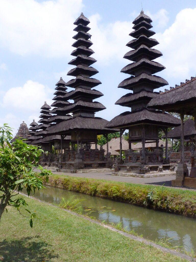 Nous louons une voiture pour la journée. Pas facile de conduire à Bali ! Au programme : le temple de Taman Ayun et les rizières de Jatiluwih (les rizières en terrasse parmi les plus belles, dommage que le ciel était couvert). Pause repas au warung local.