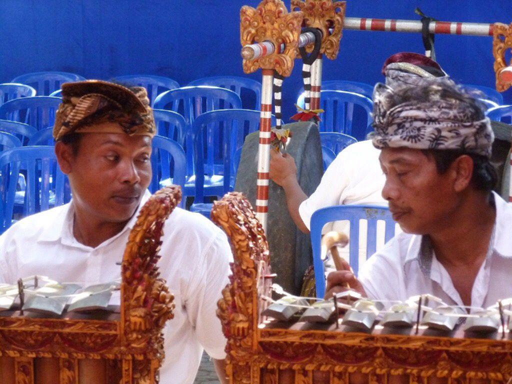 Au cours d'une balade en scooter avec Caro on tombe sur une cérémonie à Mas un village près d'Ubud. Comme d'habitude nous sommes invités à rentrer, des sodas et gâteaux sont offerts. La cérémonie est magnifique, c'est une des plus importantes de cette année.