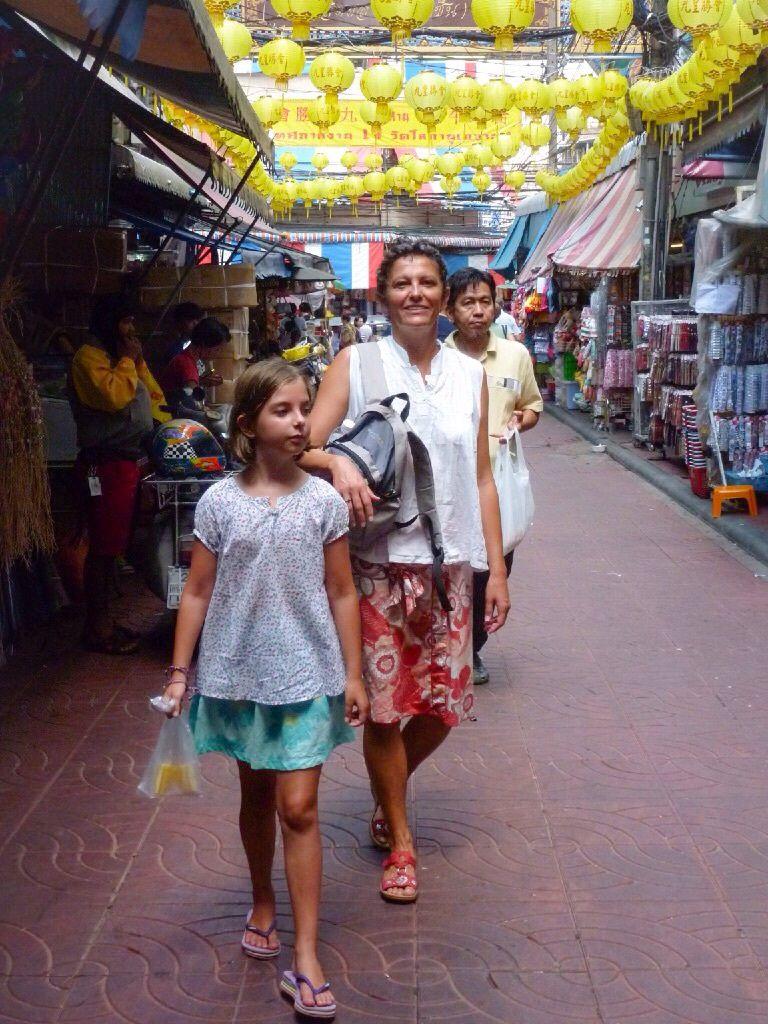 Chinatown, quartier chinois de Bangkok, labyrinthe de sons, d'odeurs, et de shopping. On se perd dans les ruelles, ça fourmille de partout !