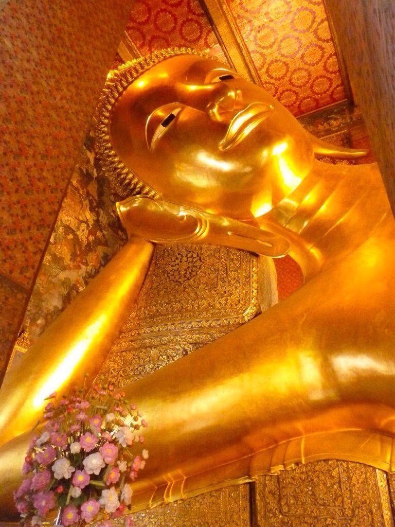 Le temple Wat pho est le plus ancien et le plus vaste temple de Bangkok. C'est là que se trouve le plus grand Bouddha allongé du monde (46 mètres de longueur et 15 mètres de hauteur).