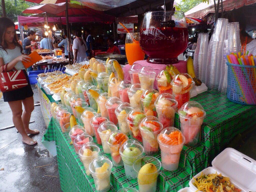 L'étourdissant marché du week-end de Chatuchak, situé  au nord de Bangkok, est le plus grand marché à ciel ouvert d'Asie (18 hectares ,15 000 magasins), tout se trouve et tout se vend !