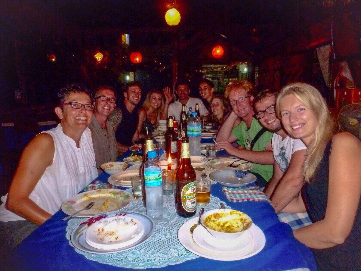 7h de bateau jusqu'à Pakbeng sur le Mékong. Paysages magnifiques. Ambiance sympa dans notre petit groupe, Suzanne immortalise l'instant.