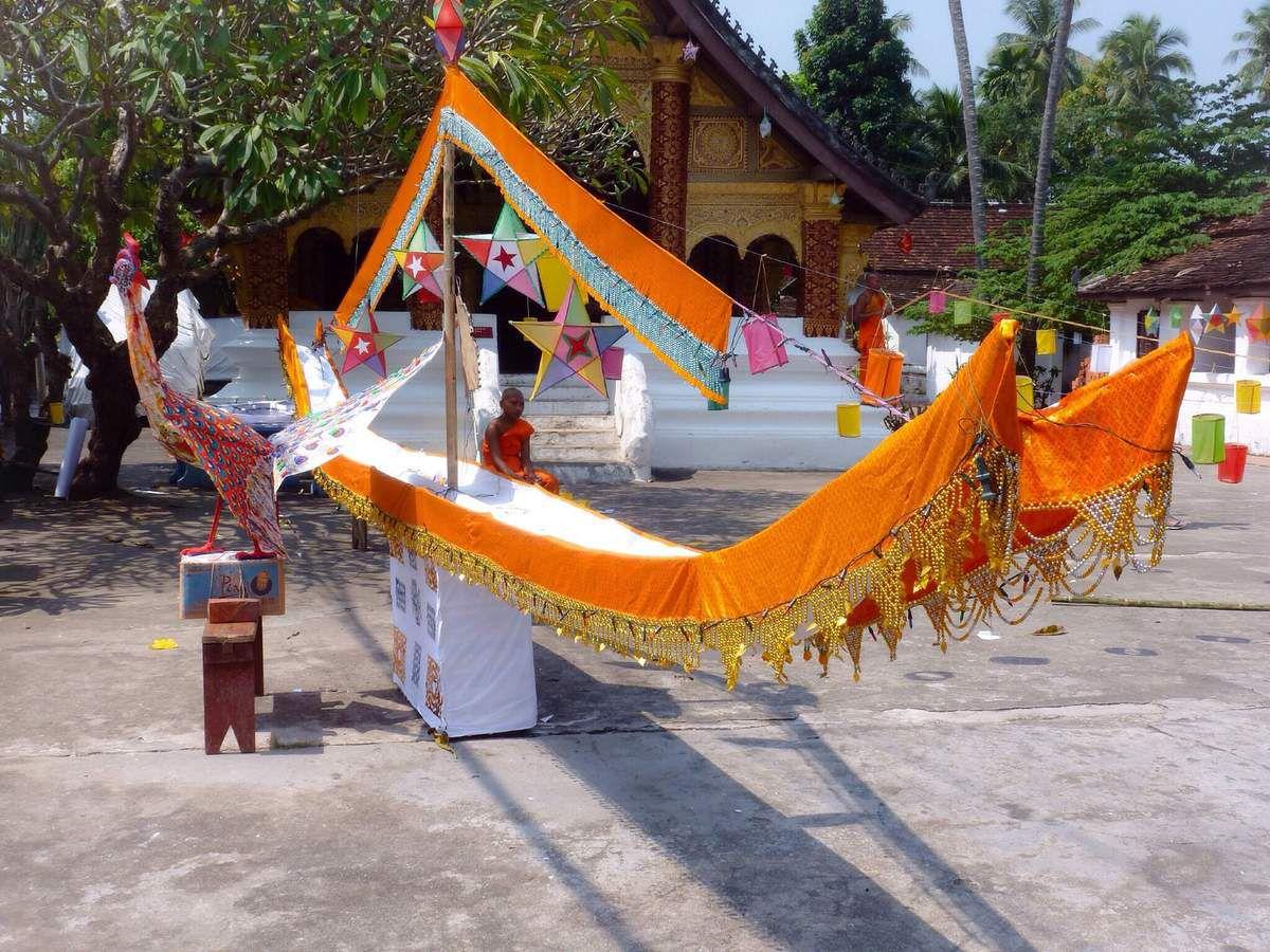 Préparation de la Van Loi Heua Fa  Le soir, des milliers de lanternes sont allumées dans tous les temples de la ville. Magnifique !