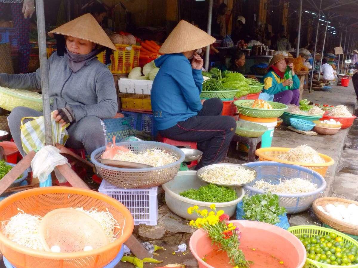 Village de bord de mer, Hoi An dispose d'une belle flotte de bateaux de pêche et d'un marché aux poissons quotidien. Comme partout on trouve aussi de nombreux fruits et légumes sur les étals. Plus étonnant ces planches de galettes de riz qui sèchent au soleil en pleine rue ( poussière, poussière...).